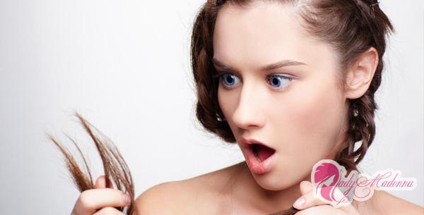 кончики волос секуться и девушка в шоке