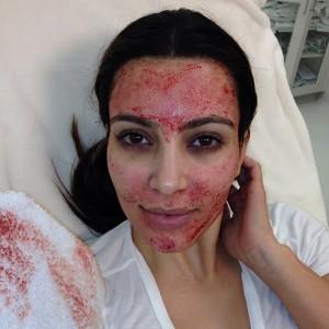 Ким Кардашьян делает маску против морщин