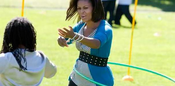 супруга президента США Мишель Обама занимается с обручем