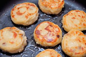 жарим сырники на сковороде или в духовке