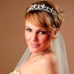 свадебные прически на короткие волосы с челкой и фатой