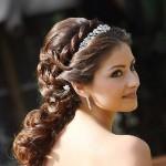 В 2014 году самым модным трендом, влияющим на свадебные прически на длинные волосы будут свободно спадающие локоны. Несколько прядей можно собрать на