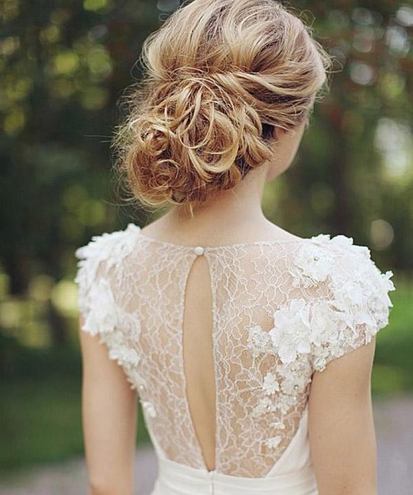 Прически для платья с кружевной спиной