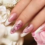 свадебный маникюр с розовыи рисунком