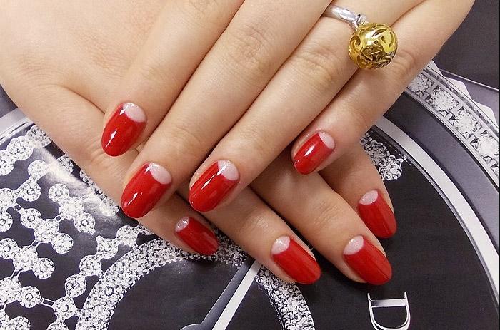 Ногти красные с лунками