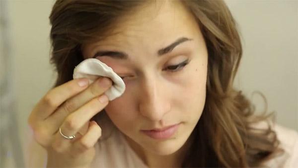Сначала полностью снимают макияж с глаз
