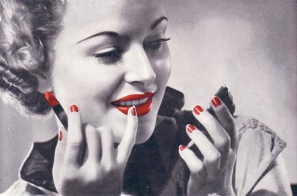В момент изобретения цветного водонерастворимого лака основателем Revlon в 1934 этикет не рекомендовал дамам наносить цвет на всю поверхность ногтя. Так появился лунный маникюр. На фото Joan Blondell 1939г. И да - френч появился тогда же ...