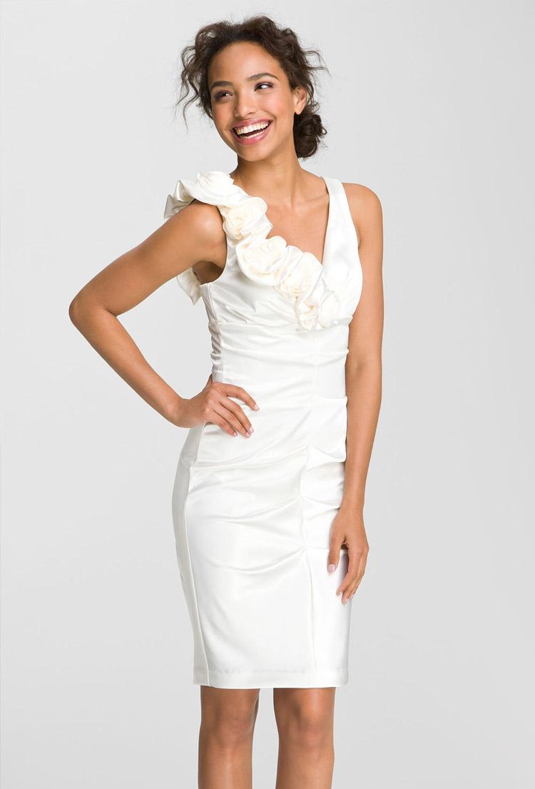 белое платье-футляр с цветами