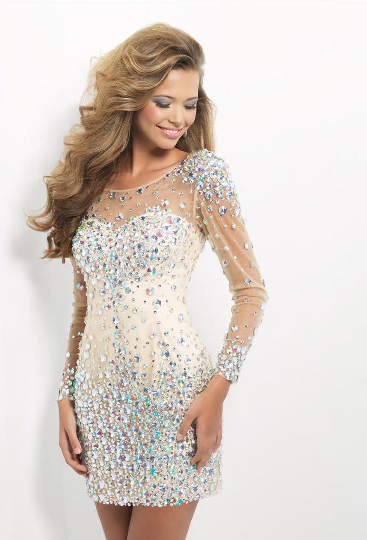 яркое платье-футляр с кристаллами