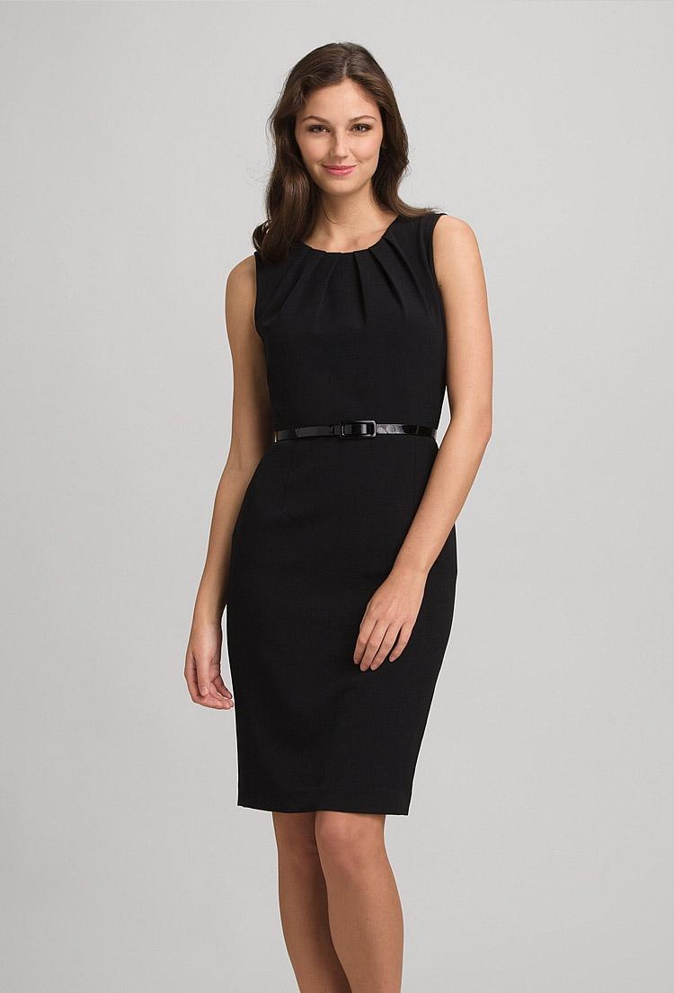 черное платье-футляр с ремнем