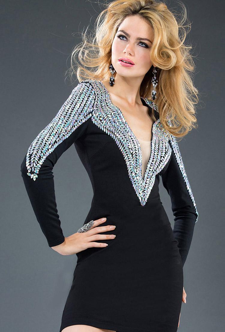 платье-футляр с вырезом