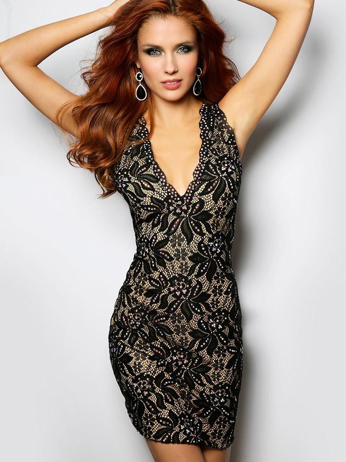 строгое короткое вечернее платье с длинными рукавами