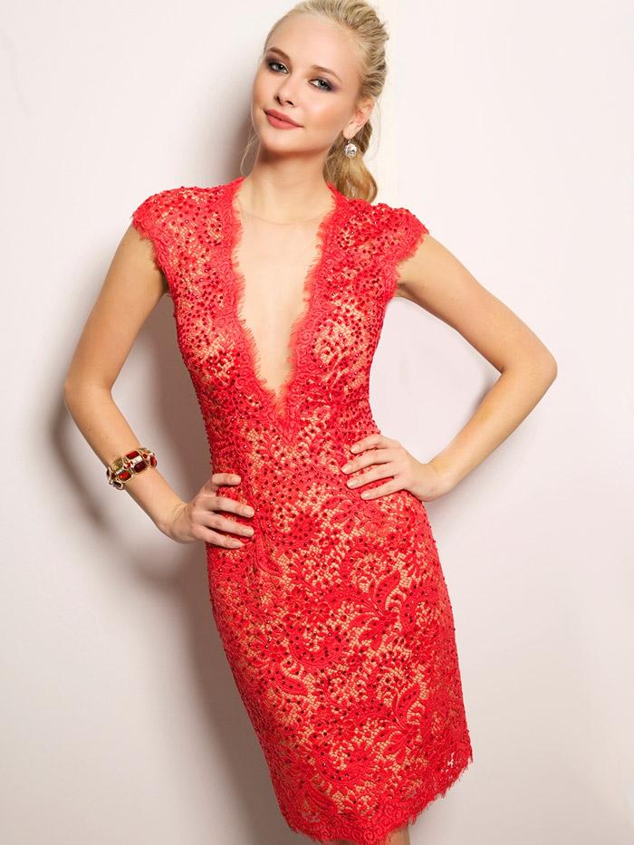 красное открытое короткое вечернее платье с вырезом