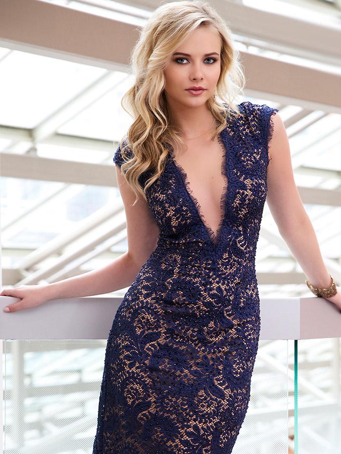 синее открытое короткое вечернее платье