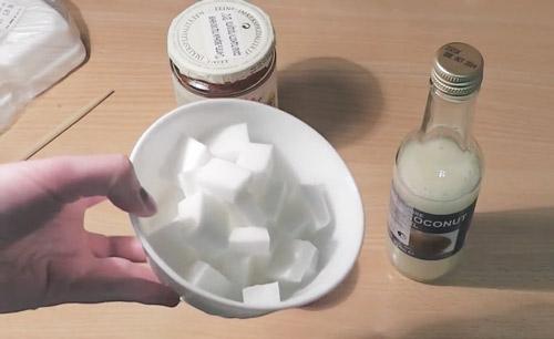 Нарежьте необходимое количество мыльной основы